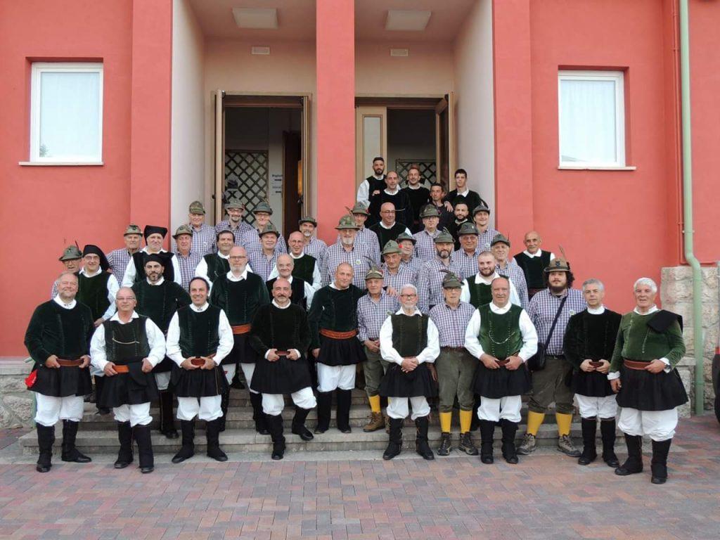 Il Coro Città di Ozieri e il Coro A.N.A.La Preara all'esterno del Teatro di Caprino
