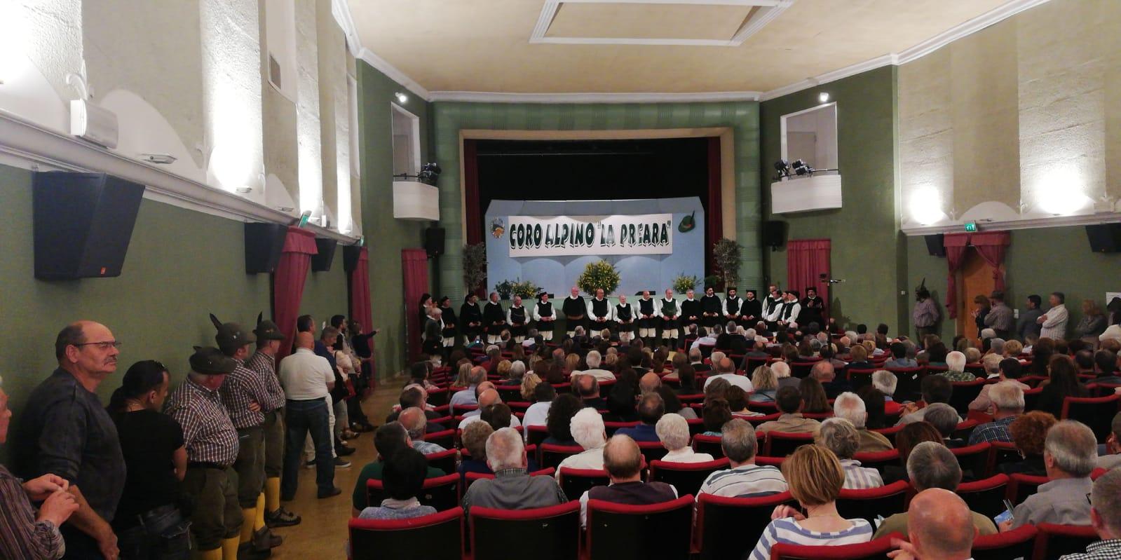 II Coro Città di Ozieri nel teatro di Caprino