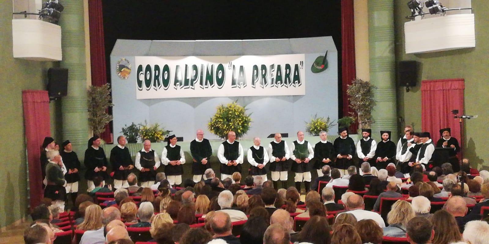 Il Coro Città di Ozieri nel teatro di Caprino